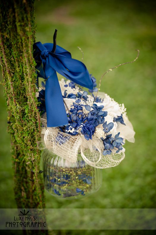 blue-and-white-wedding-arrangement