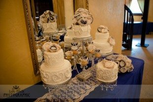 How cute is a variety of cakes and styles for your wedding cake table?